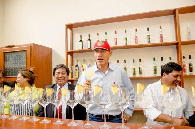 Presidente Vizcarra disfrutando de un Pisco Punch