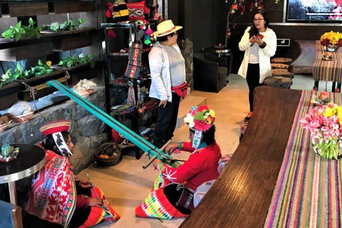 Inca Rail inaugura exhibición de confección de tejidos ancestrales
