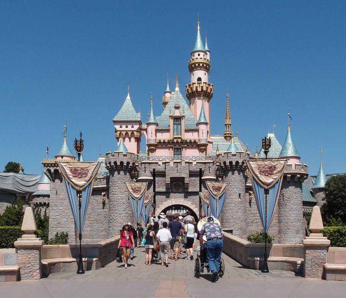 Disney restablece el uso de mascarillas en sus parques en Orlando.