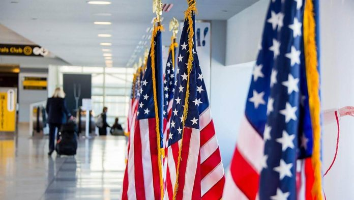 Estados Unidos anuncia que las restricciones para viajes internacionales aún no se levantarán.
