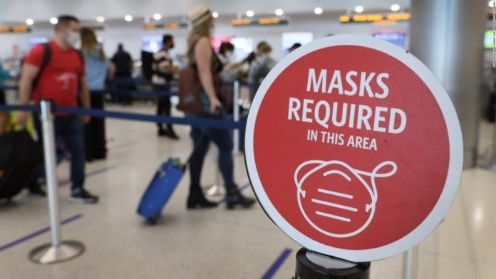 Estados Unidos duplica las multas para los viajeros que incumplan en usar mascarillas en aviones.